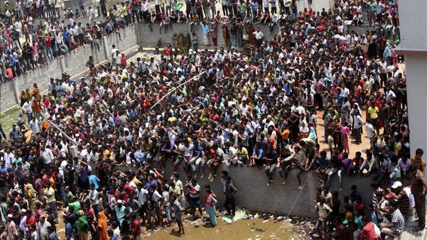 Al menos 76 muertos en el derrumbe de un edificio en Bangladesh