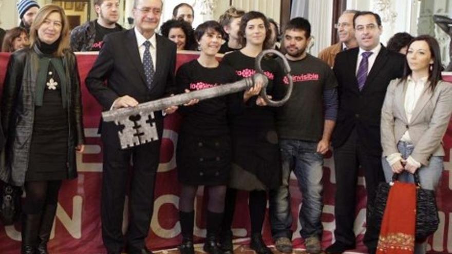 El alcalde de Málaga, Francisco de la Torre, entrega las llaves a los activistas, en 2011