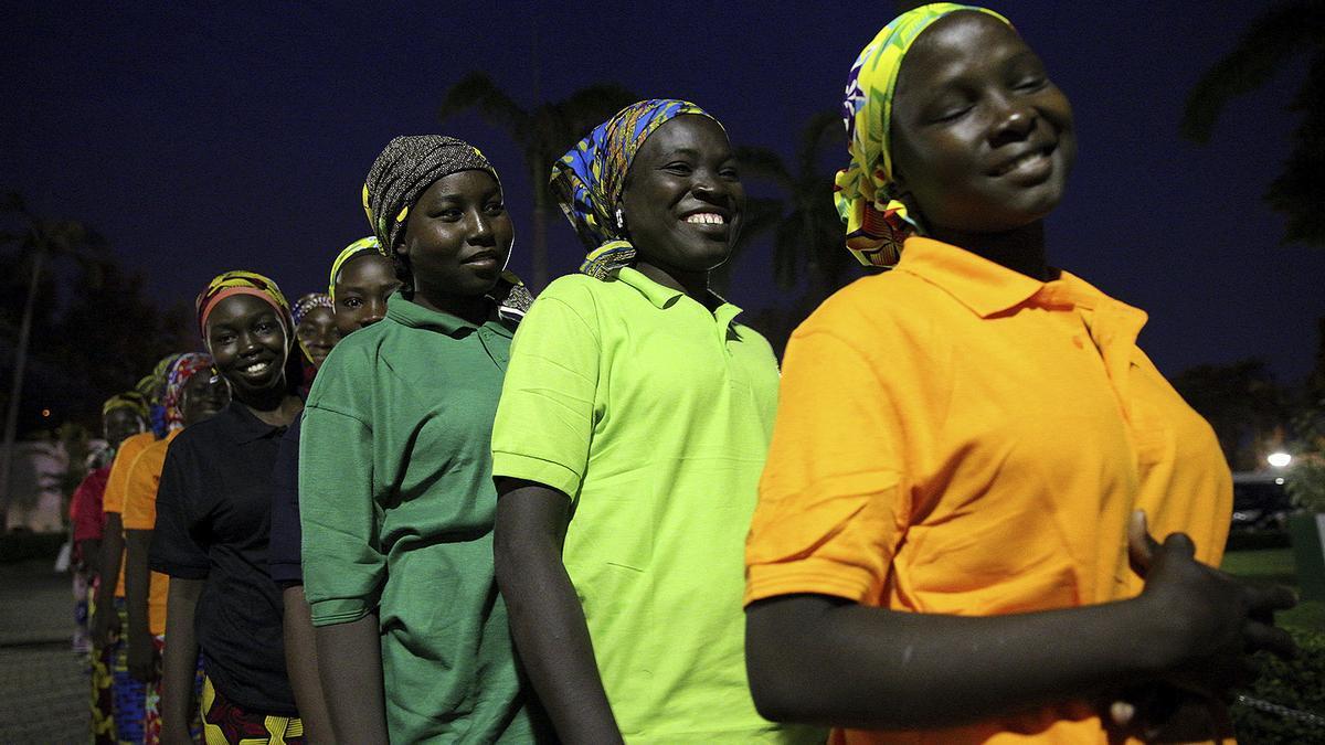 Un grupo de las estudiantes secuestradas en la escuela de Chibok son liberadas en Abuja, Nigeria, en mayo de 2017.