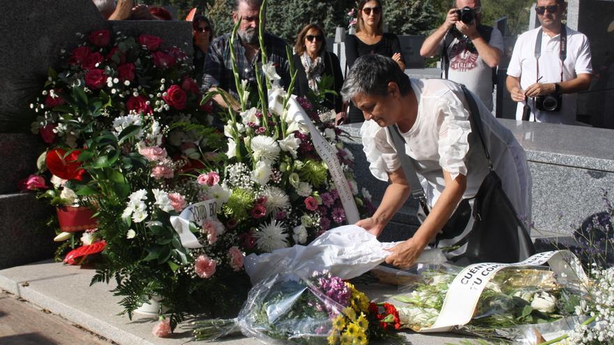 Decenas de personas se han congregado en el Cementerio Civil de La Almudena para despedir a Ascensión Mendieta.