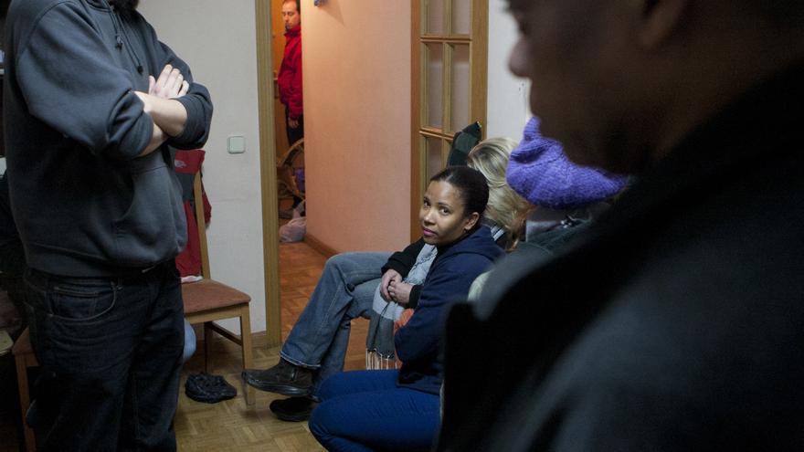 Elvira acompañada de varios activistas en la vivienda antes del desalojo. \ Juan Zarza - DisoPress