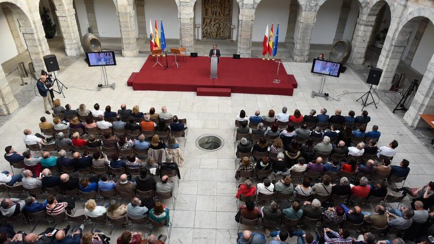 Vista panorámica del acto de homenaje celebrado en el Parlamento de Cantabria.   JGS