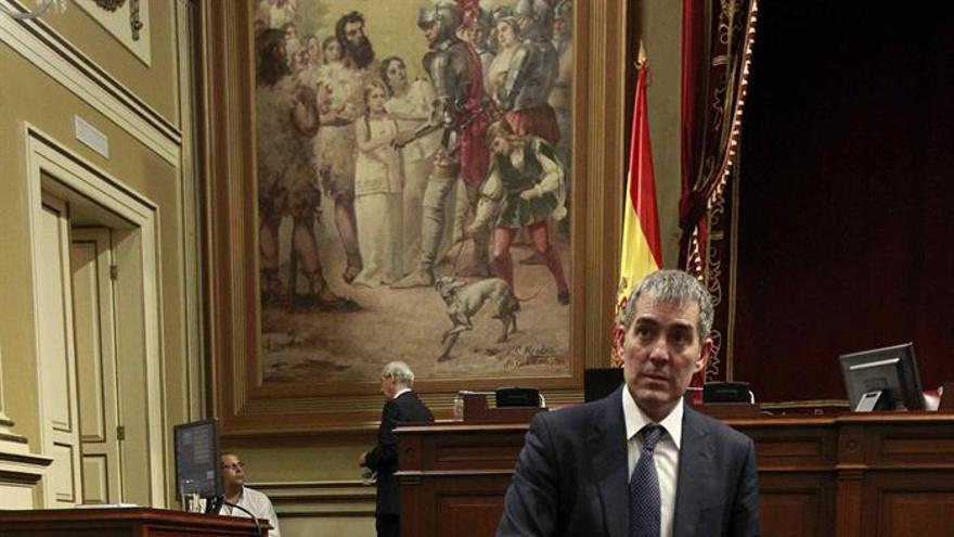El presidente del Gobierno de Canarias, Fernando Clavijo, en el Parlamento regional. (EFE/Cristóbal García)