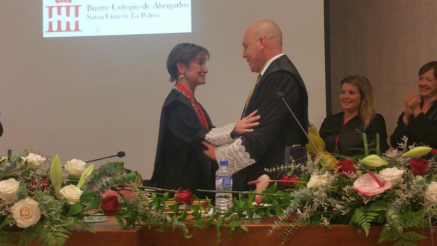 Victoria Ortega recibe la Medalla de Oro de Juan Antonio Rodríguez. Foto: LUZ RODRÍGUEZ.