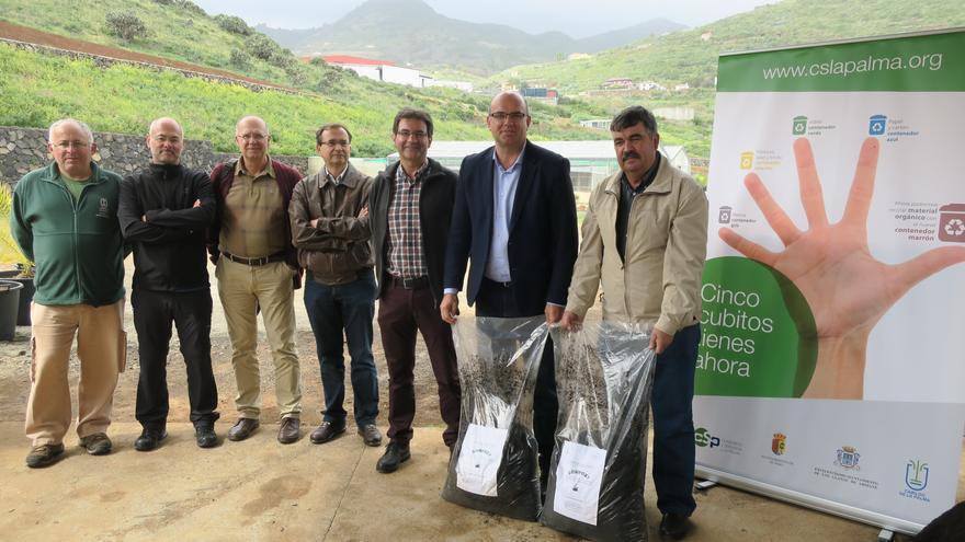En la imagen, acto de entrega del compost.