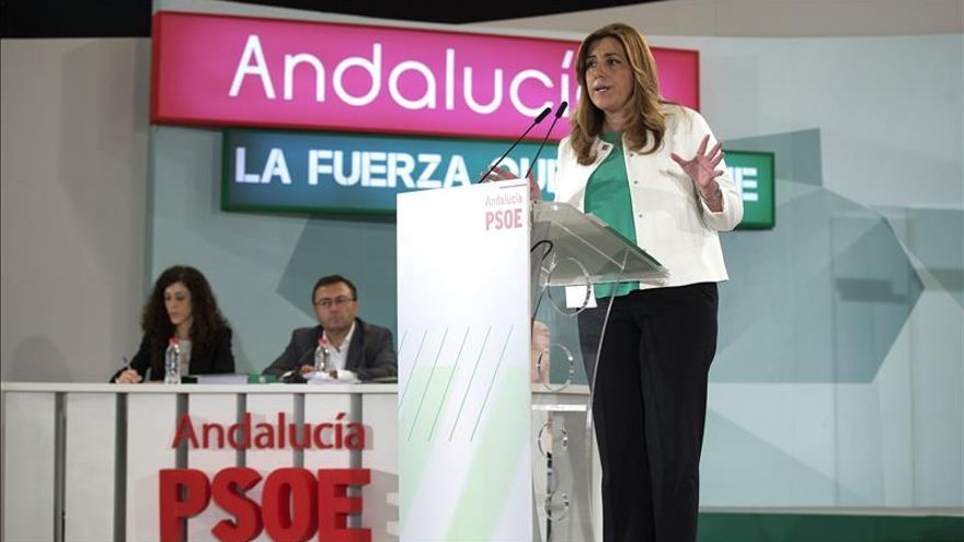 Susana Díaz en primer plano y Miguel Ángel Heredia al fondo.