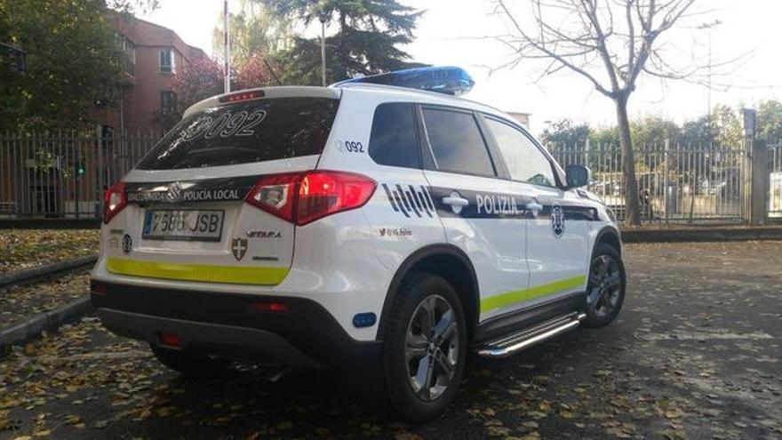 Un vehículo de la Policía local de Vitoria rotulado con los colores de la Udaltzaingoa
