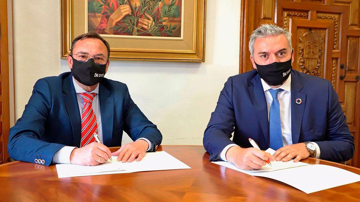 Palomares y Montoro en la firma del acuerdo.