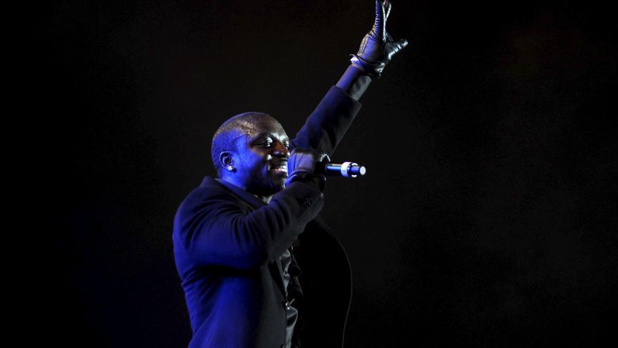 El músico Akon coloca la primera piedra para su ciudad futurista en Senegal