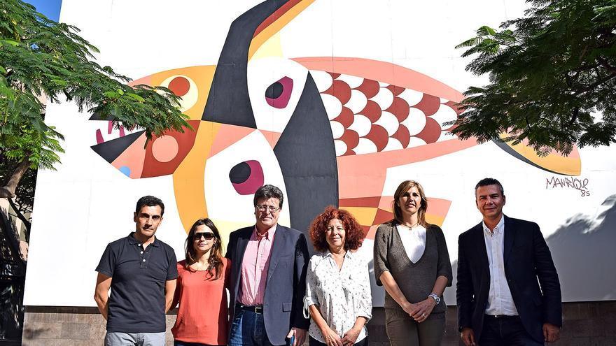 Representantes municipales y el equipo de restauración junto al mural de la avenida de San Sebastián