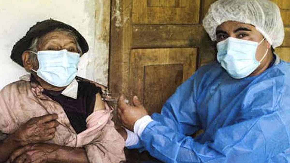 Marcelino Abad de 121 años, se ha convertido en el adulto de mayor edad vacunado en la región Huánuco con la primera dosis contra el Covid-19.