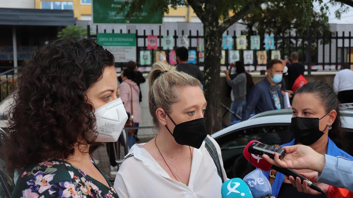 La portavoz del claustro de profesores del CEIP Alba Plata de Cáceres, Patricia Rodríguez, informa sobre la decisión adoptada por los docentes