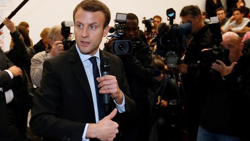 El exministro Macron presenta su programa en un multitudinario mitin en París