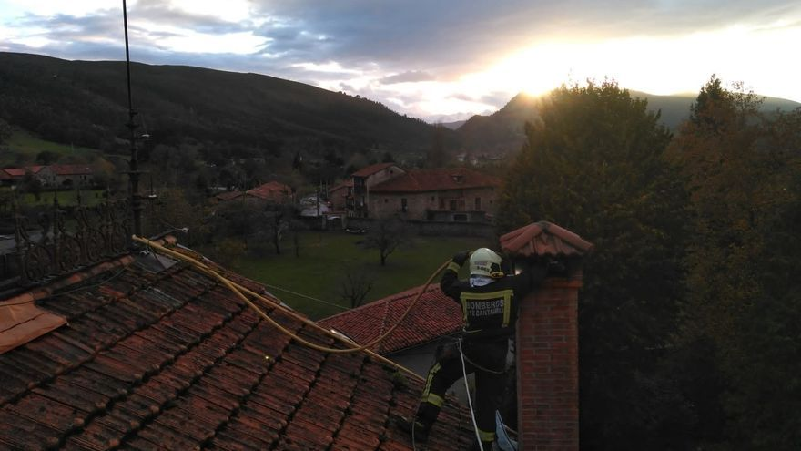 Extinguido un fuego en una chimenea de una casa de Mazcuerras