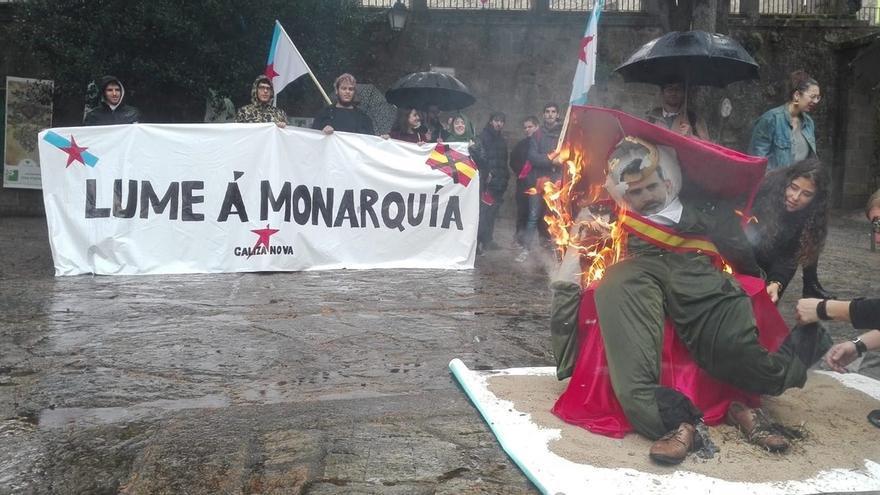 Organización juvenil del BNG quema un muñeco caricaturizado como el Rey Felipe VI en un acto en Santiago de Compostela
