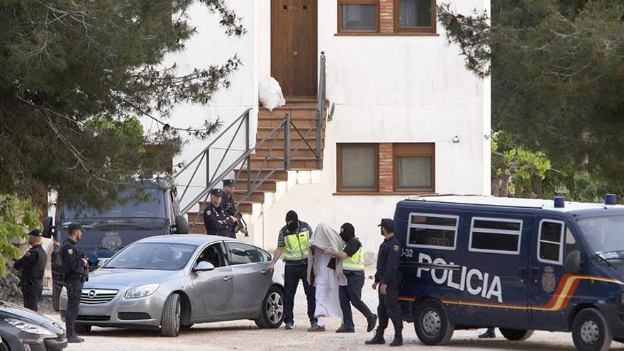 Termina el registro del chalet del detenido en Teulada por ayudar a yihadistas