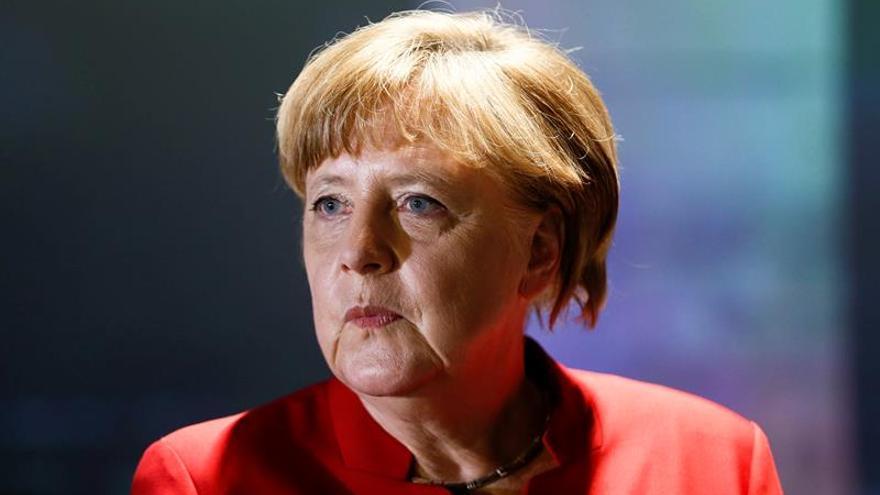 Dejan una cabeza de cerdo con injurias a Merkel ante su oficina electoral