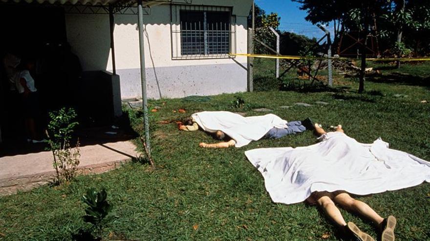 Los cuerpos de varios de los sacerdotes asesinados en la residencia de los jesuitas de San Salvador., yacen en el jardín. Era el 16 de noviembre de 1989.