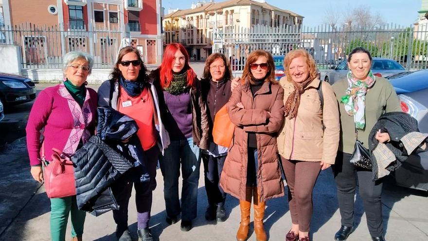 Luz Marina Dorado (3ª izda.) con representantes de las limpiadoras de Tempo en Lucena (Córdoba).