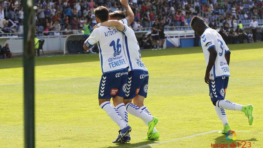El jugador del CD Tenerife, Aitor Sanz, celebra el gol de penalti conseguido frente al Oviedo.