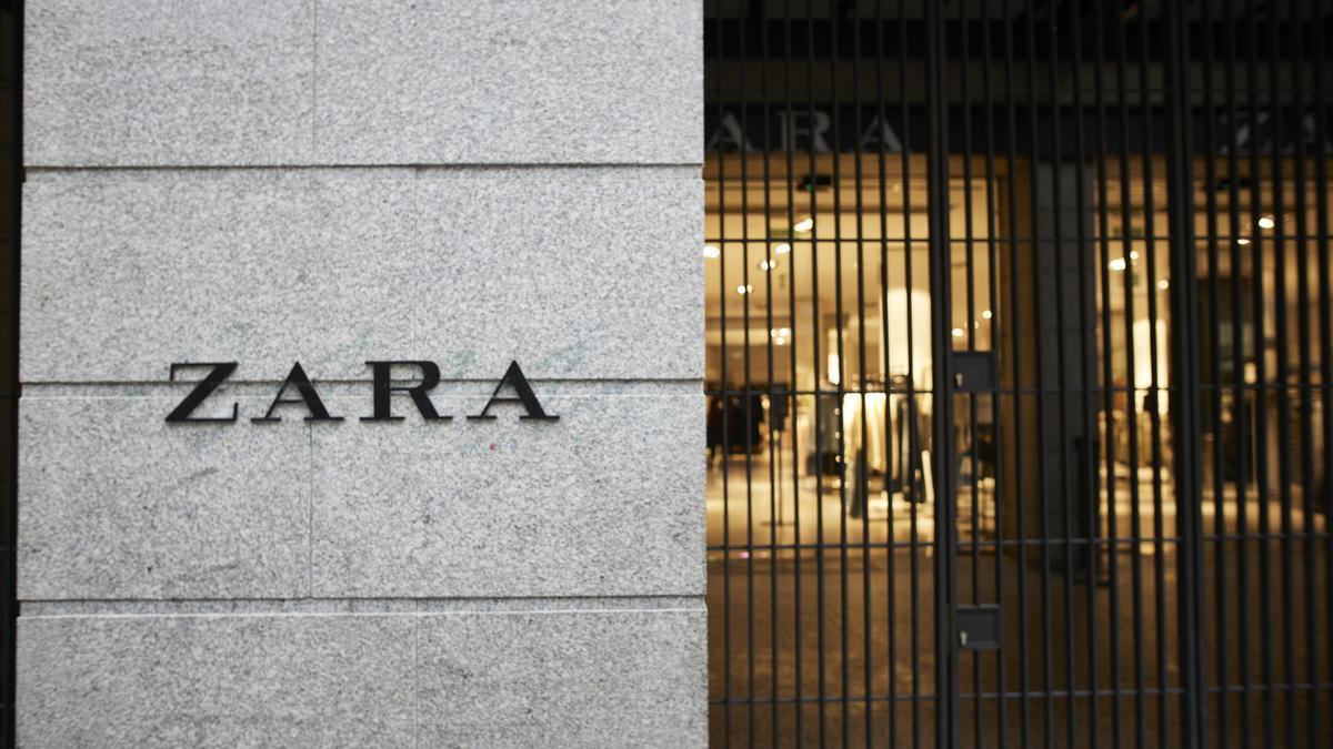 Fachada y letrero del primer local de Zara que abrió en la capital junto a la Puerta del Sol, en Madrid, (España), a 14 de noviembre de 2020. El local, perteneciente a la multinacional Inditex, ha decidido echar el cierre a esta tienda, propieda