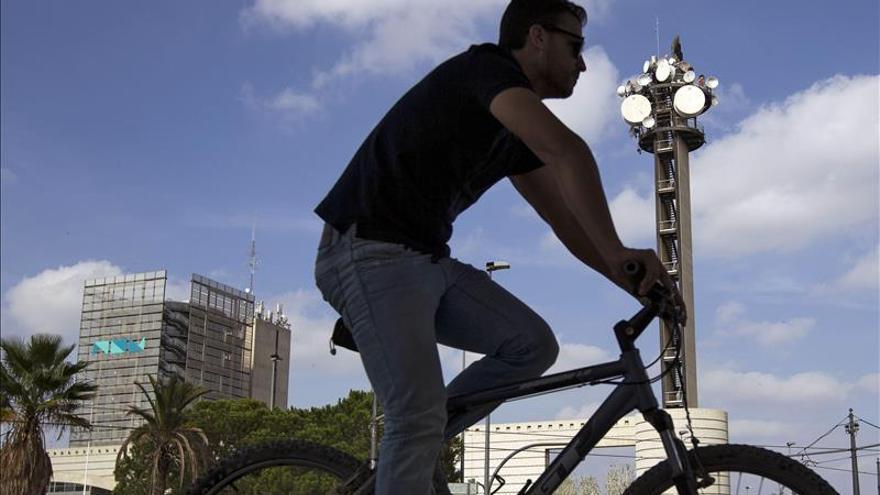 Un ciclista junto a RTVV.