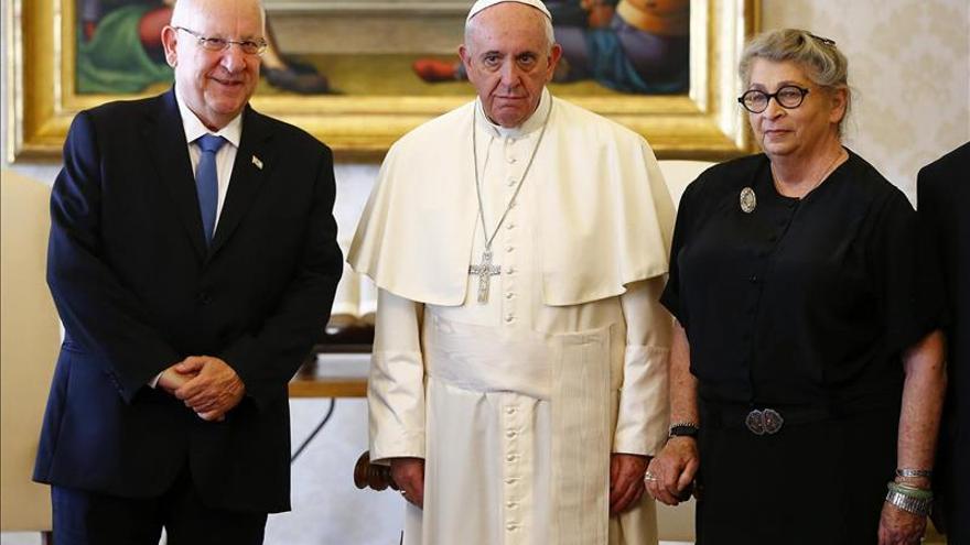 El papa y el presidente israelí hablaron de la necesidad de retomar las negociaciones con Palestina