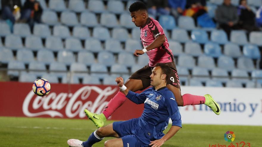El 'Choco' Lozano lucha por un balón en el partido disputado en el Coliseum Alfonso Pérez entre el Getafe y el CD Tenerife.
