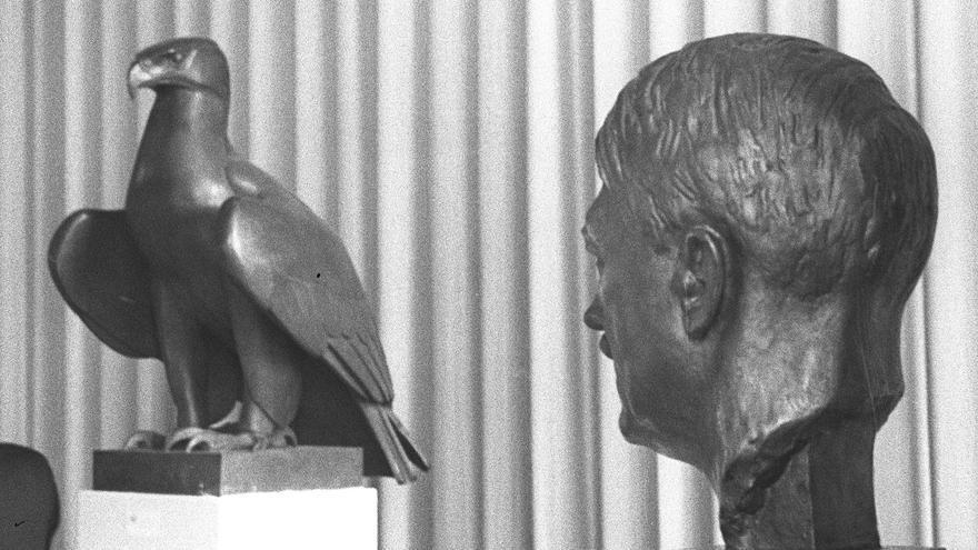 EXPOSICION DE CARTELES ALEMANES: Madrid, 02/03/1942.- Busto de Hitler en la exposición de carteles de pintores alemanes en el frente de la Asociación de la Prensa.