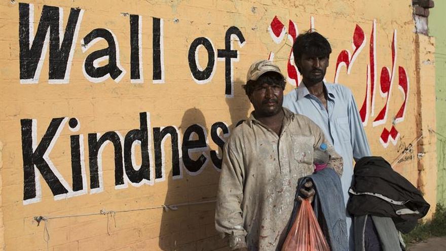 """Los """"muros de la bondad"""" que ayudan a los pobres paquistaníes"""