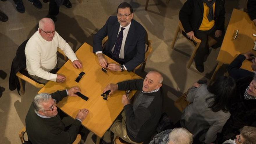 Mariano Rajoy juega al dominó en un bar de Olmedo (Valladolid), en un acto de campaña electoral en 2015.