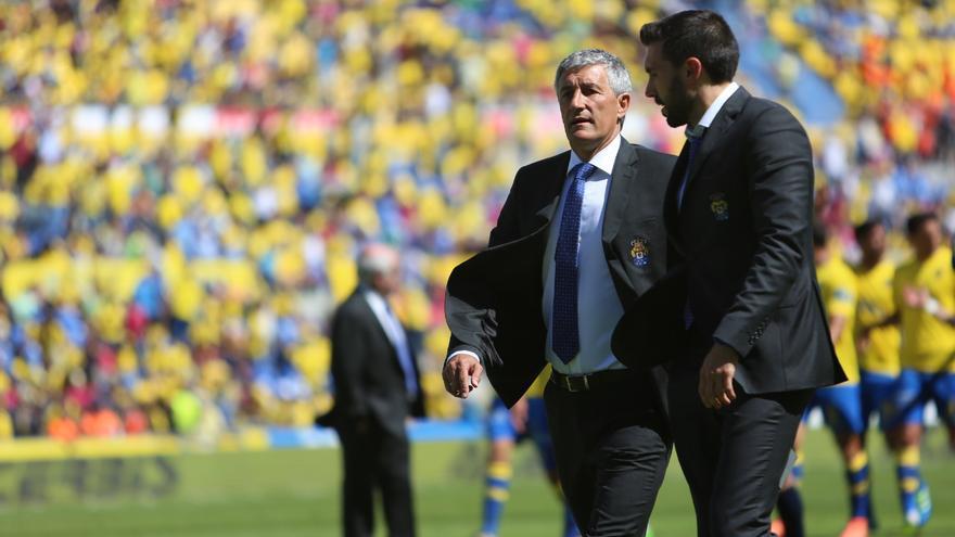 Quique Setién y Eder Sarabia al descanso del encuentro entre la UD Las Palmas y el Athletic Club de Bilbao. (Alejandro Ramos).