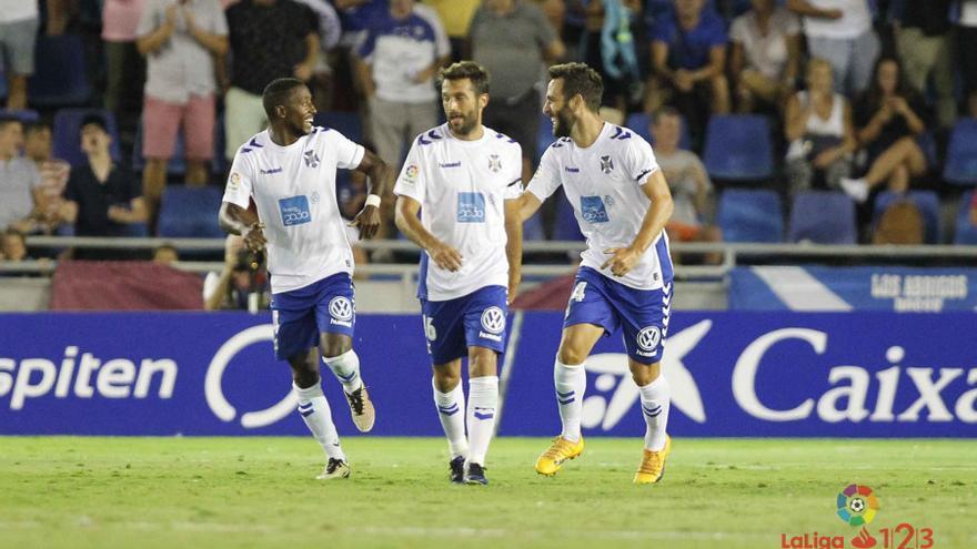 Los jugadores del CD Tenerife celebran el gol de Carlos Ruiz frente al Zaragoza en el Heliodoro Rodríguez López.