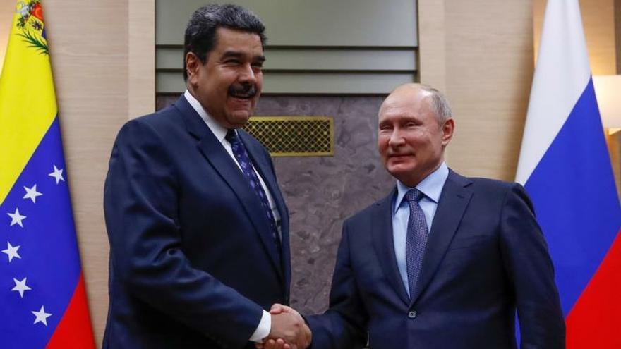 El presidente ruso, Vladímir Putin (d), estrecha la mano a su homólogo venezolano, Nicolás Maduro.