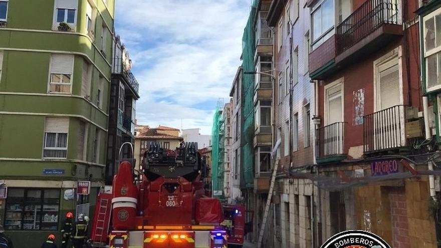 Trasladados al hospital cuatro de los evacuados del edificio de la calle Alta en Santander