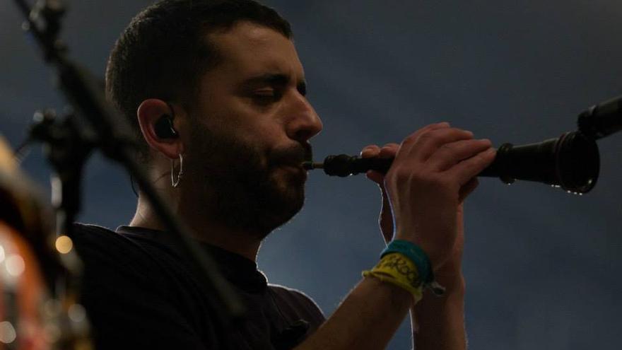 Miquel Gironés, durante una actuación de Obrint Pas