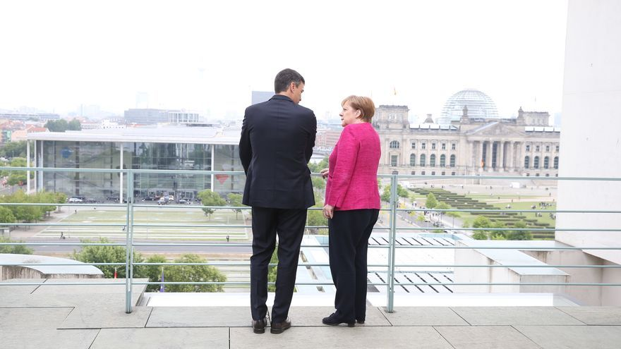Pedro Sánchez conversa con la canciller alemana Angela Merkel