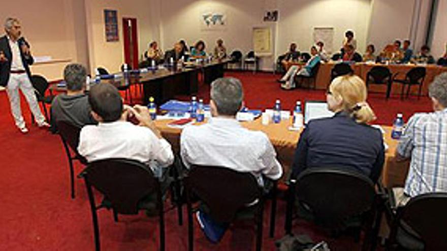 LAS PALMAS DE GRAN CANARIA, 07/05/2013.- El director general de la Red de Depósitos de Respuesta Humanitaria de Naciones Unidas (UNHRD), Giuseppe Barba (i, de pie), en un momento de la reunión bienal, clausurada hoy, que ha celebrado UNHRD en Las Palmas de Gran Canaria y en la que se ha abordado la necesidad de identificar donantes adicionales para atender a sus beneficiarios en todo el mundo. EFE/Elvira Urquijo A.