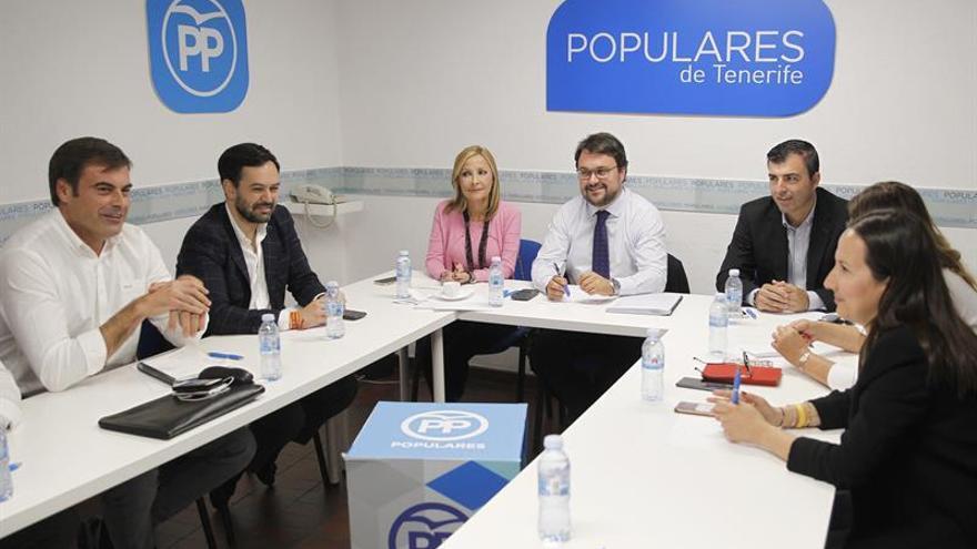 El presidente del Partido Popular de Canarias, Asier Antona (c), reunido con los líderes de su partido en las diferentes islas