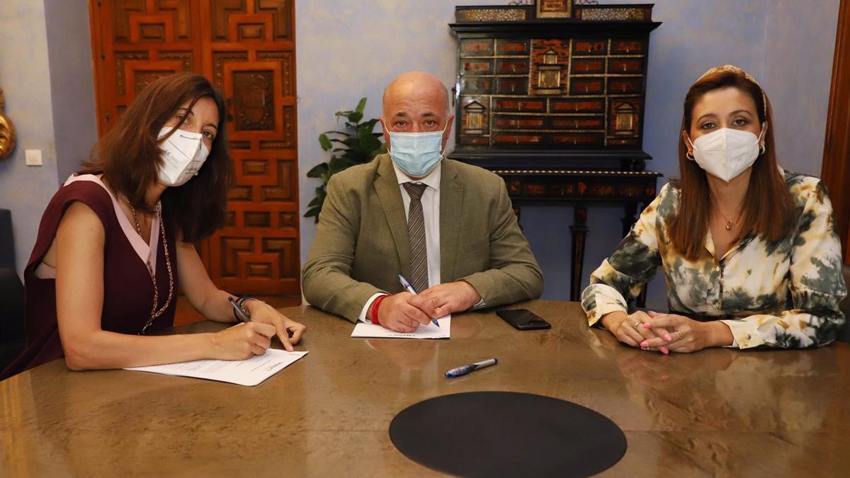 El presidente de la Diputación de Córdoba, Antonio Ruiz, en la firma con Cajasur.