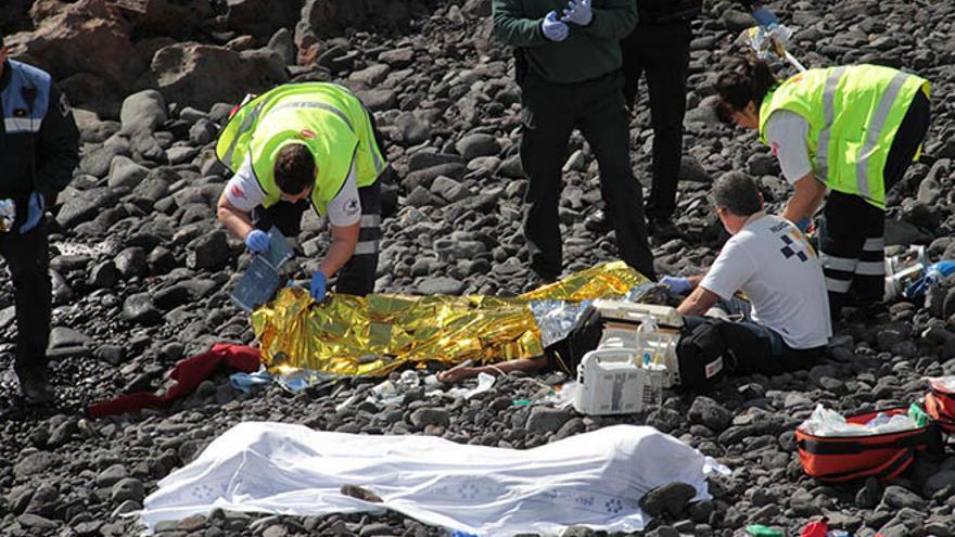 Una patera encalla en Lanzarote y mueren siete personas.