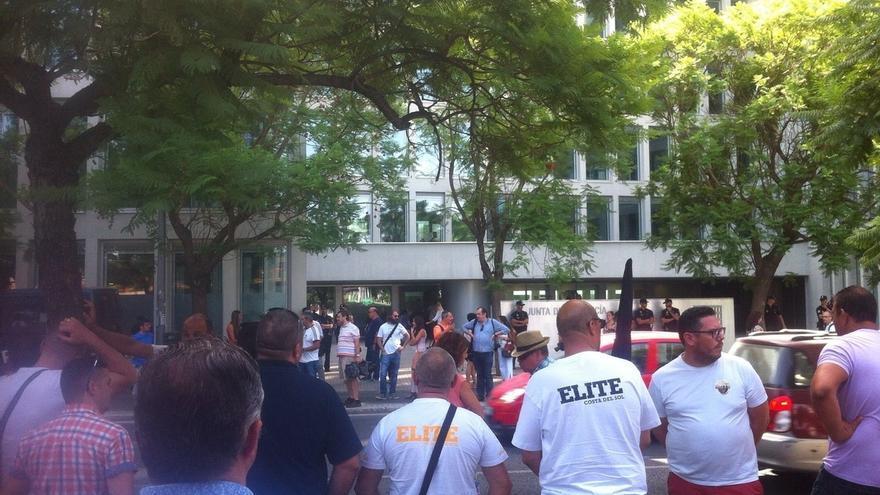 """Cerca de 200 taxistas de la provincia protestan en Sevilla ante la Junta por el """"intrusismo"""" de los VTC"""