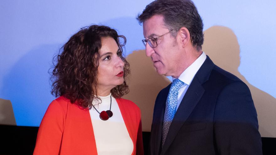 María Jesús Montero y Alberto Núñez Feijóo, en un acto público en julio de 2019