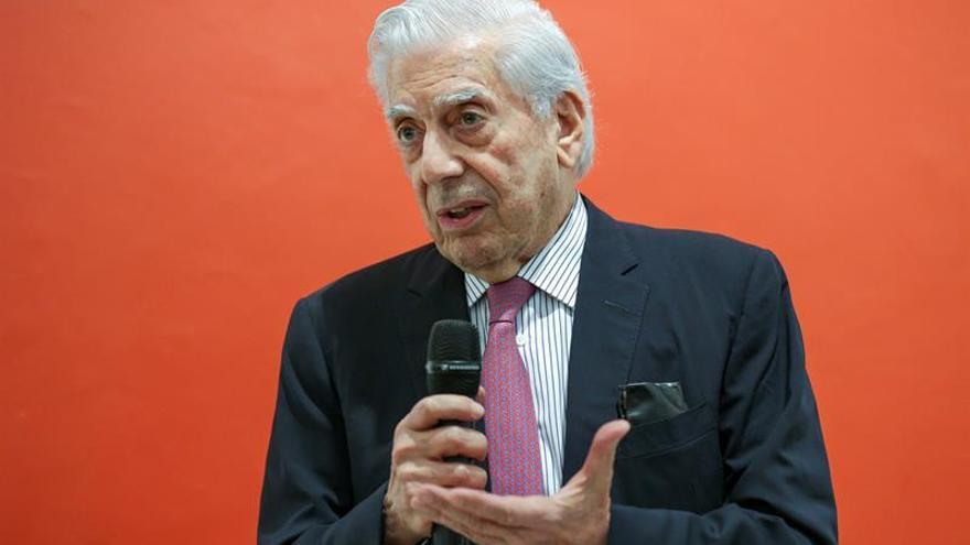 Populismo y dictadura socavan desarrollo de Latinoamérica, dice Vargas Llosa