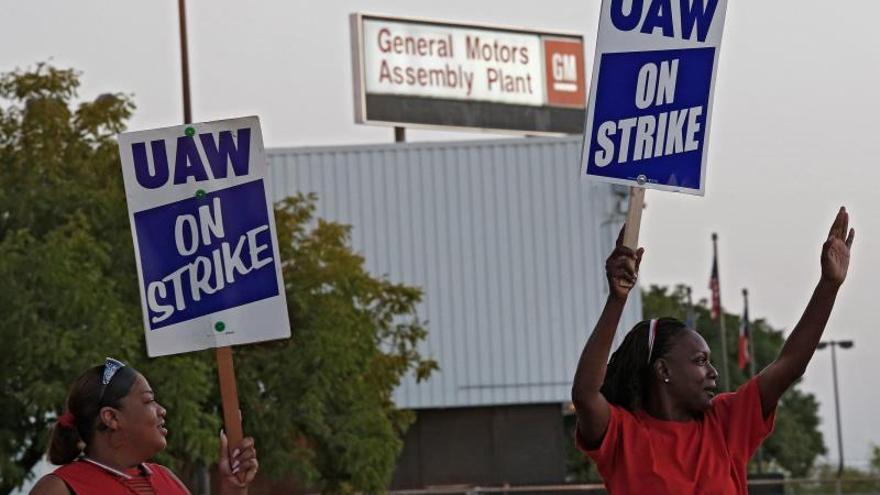 La huelga, la primera que sufre GM desde 2007 y que afecta 33 centros de producción y 22 de distribución en Estados Unidos, se inició el pasado 16 de septiembre tras el bloqueo de las negociaciones para la firma de un nuevo contrato colectivo. El anterior contrato concluyó el 15 de septiembre.