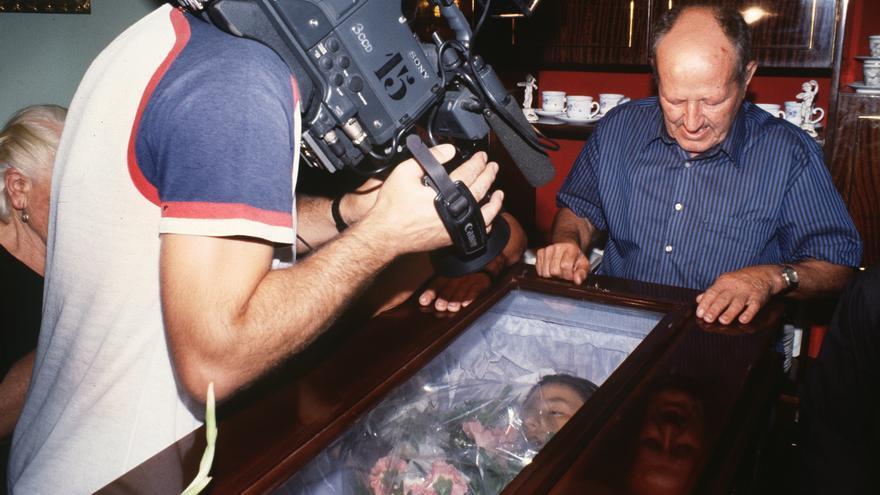 Un cámara de televisión toma imágenes del cuerpo sin vida de la niña de 13 años Encarnación Cabanillas. Foto: Florencio González/EFE