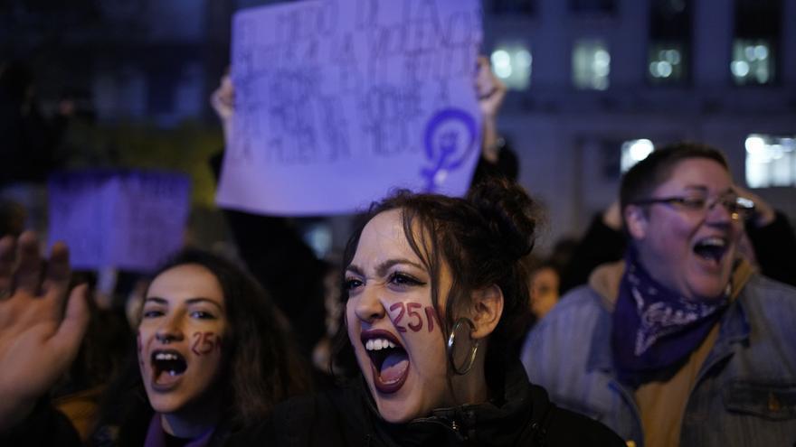 Una de las manifestantes gritando proclamas durante la marcha feminista de Madrid contra la violencia machista