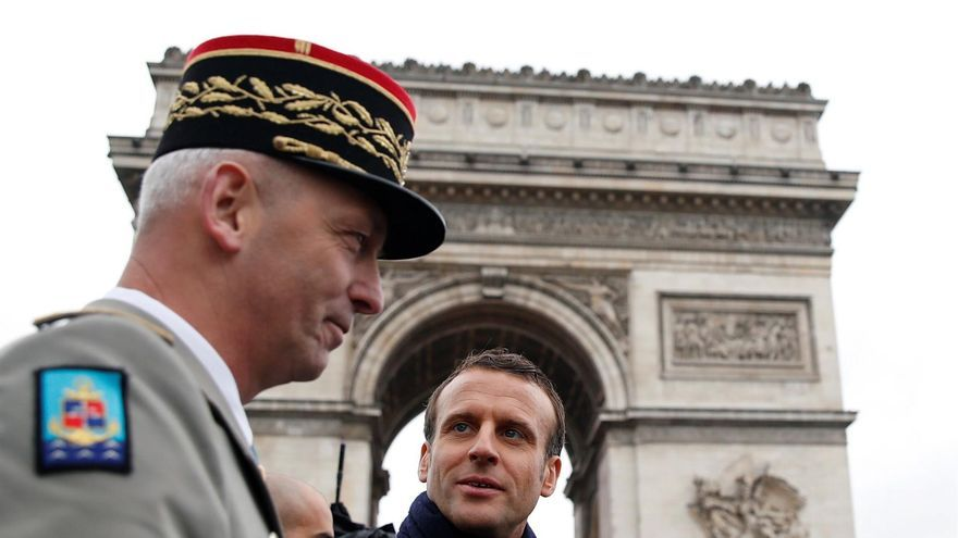 El presidente galo, Emmanuel Macron (c), conversa con el jefe del Estado Mayor de la Defensa francés, el general François Lecointre, durante las ceremonias por el Día de la Victoria, en París.