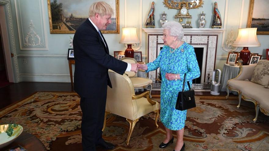 El primer ministro británico, Boris Johnson, saluda a la reina Isabel II