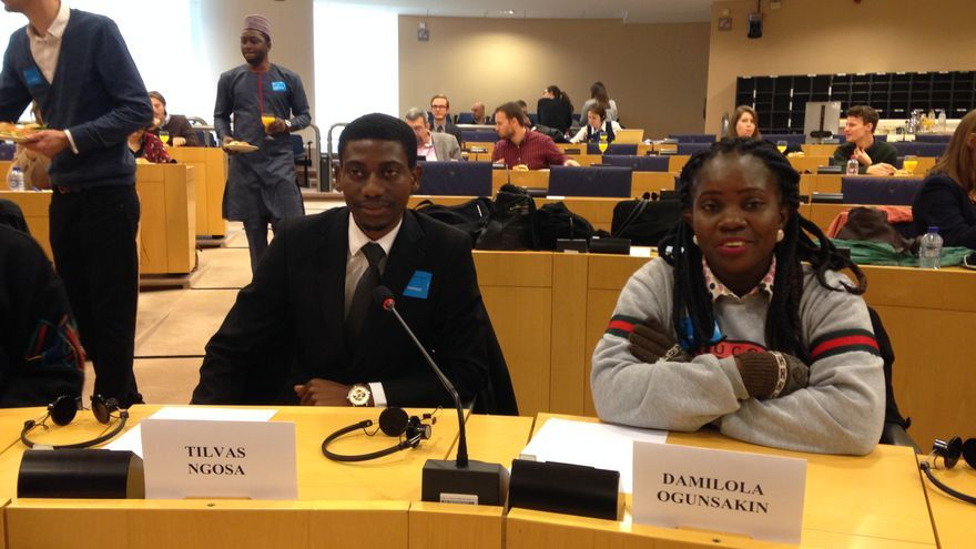 Damilola Ogunsakin, acompañada del activista Tilvas Ngosa, de Zambia, durante una reciente visita a Europa.